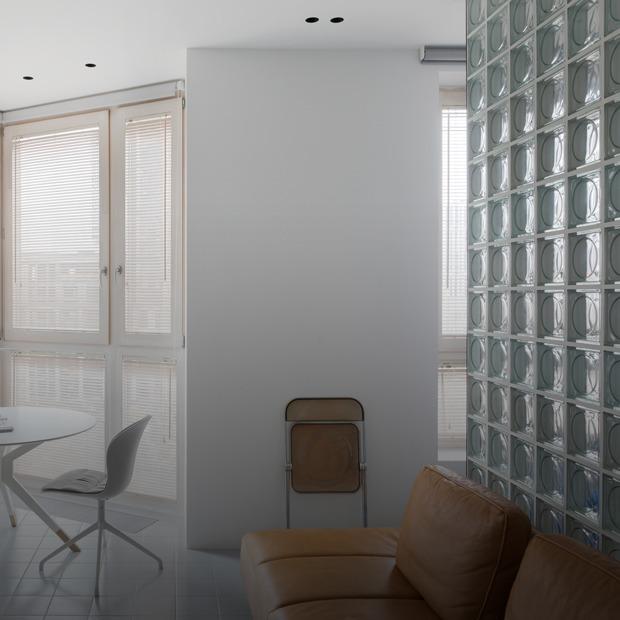 Белый интерьер с отсылкой к модернизму на Адмирала Макарова — Квартира недели на The Village