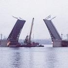 Дворцовый мост впервые развели на все выходные