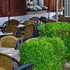 Летние веранды московских кафе пустуют из-за смога