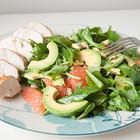 Куриная грудка с салатом из грейпфрута и авокадо