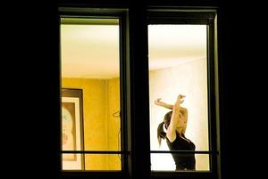 «Смешно дрыгаюсь в историях в инстаграме»: О чем говорят участники спектакля «Домашние танцы»