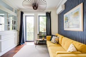 Двухкомнатная квартира на Острякова с полосатыми обоями и кирпичной кладкой