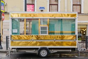 Кто поставил золотой фургон в центре Петербурга и что в нем происходит?