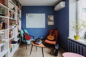 Цветная двушка с подиумом в спальне на Донской