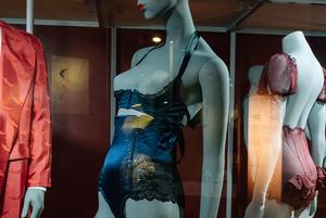 От кринолинов до «порношика»: 10 хитов выставки «Под одеждой» в «Эрарте»