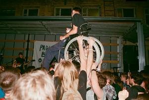 На концерты и вечеринки почти не ходят люди с инвалидностью. Вот как это можно исправить