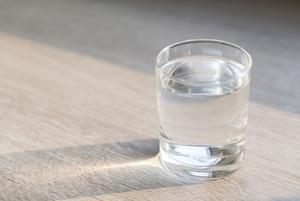 «Я понял, что кофе — моя сигарета»: Каково это — пить только воду?