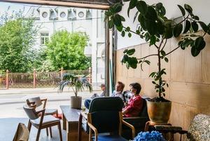 Немосковское гостеприимство: Кафе-гараж «Сюр» в Большом Трехсвятительском переулке