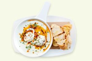Завтраки дома:  Яйца по-турецки и яйца бенедикт из Saxon + Parole