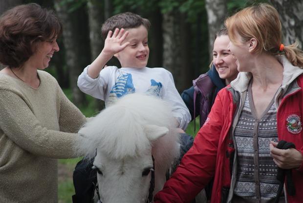 Кони, люди: Как конюшню, помогающую детям-инвалидам, выселяют из парка Горького