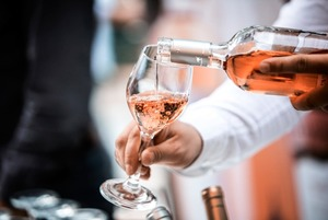 Должны ли наливать вино в бокал при госте?