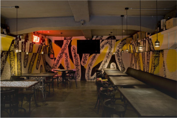 Винный бар «Био-Шмио» с каллиграфией Ромы Бантика