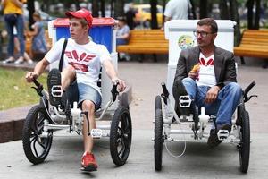 Московские мороженщики на велосипедах и самокатах