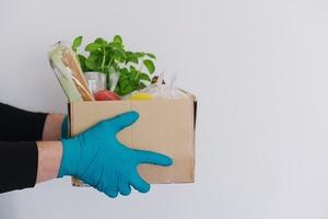 «Нормальные овощи не привозит никто»: Редакция ругает (и хвалит) сервисы доставки