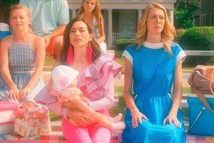 «Зеленее травы» — гротескная комедия о мещанских радостях в декорациях клипа Barbie Girl