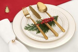 Бокалы, приборы, декор: Как украсить праздничный стол
