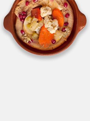 Хумус с маринованными овощами и гранатом