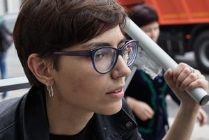 Как и зачем художница Катрин Ненашева гуляет по городу, привязанная к кровати