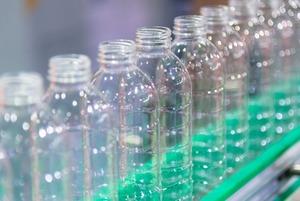 Допьете — не выбрасывайте: Зачем супермаркеты собирают бутылки и банки