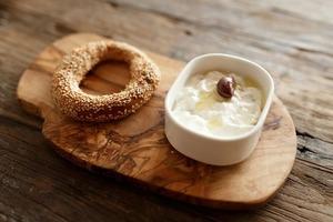 Греческий завтрак: Бублики кулури с дзадзики