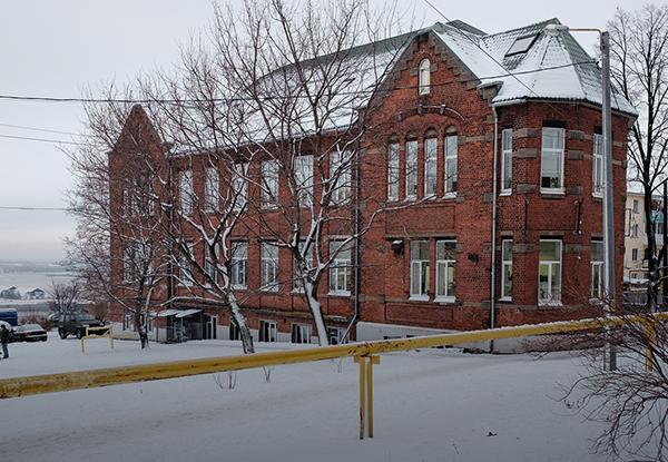 Я работаю в здании бывшего городского начального училища