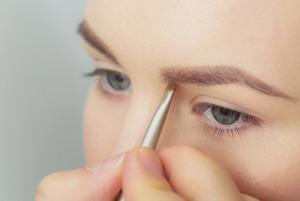Ресницы и брови: 5 необычных процедур