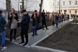 Люди стоят в очереди в центре Москвы, чтобы сдать тест на коронавирус. О чем они думают?!