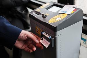 Как работает терминал для оплаты проезда в троллейбусе