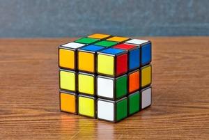 Кубик Рубика: История самой бесячей головоломки и интервью с ее создателем