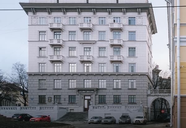 Я живу в первом доме на улице Минина