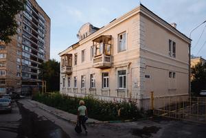 Я живу в двухэтажной сталинке на улице Гоголя