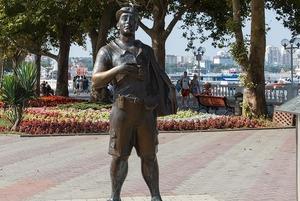 Турист, белка, официантка: 15 скульптур в Геленджике