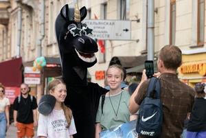 Репортаж с Невского проспекта, на который вернулись Петры I, живые статуи и продавцы матрешек