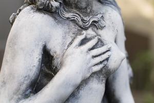 Покажи грудь подруги: Феминистки — о сексистской рекламе к 8 Марта