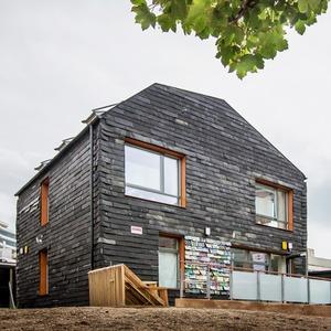Зачем в Англии построили дом из зубных щеток и джинсов