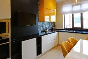Яркая квартира в Сочи с использованием мха в интерьере