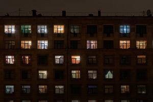 Еще не карантин: Жилые дома и гостиницы Петербурга вечером