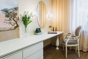 Квартира с декоративным камином для семьи с новорождённым