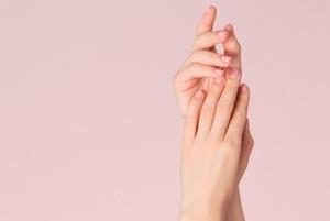 Желе и сухоцветы: Какие ногти сейчас в тренде