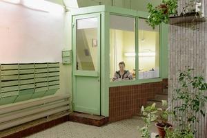 Как устроена галерея «Чрезвычайная коммуникация» в подъезде «дома на ножках» на «ВДНХ»