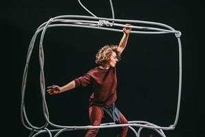 Рене Магритт и «Мумий Тролль»: О чем рассказывает второй спектакль «Форы»