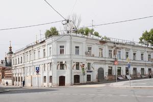 Галереи вместо подъездов. История самого старого жилого дома Москвы