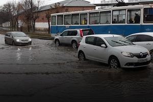 Дождь и ручьи на дорогах Владивостока в инстаграмах горожан