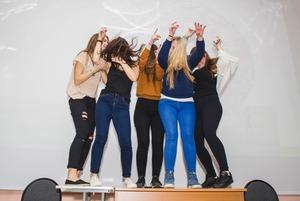 «Все такие быдловатые»: Что происходит на московских школьных дискотеках