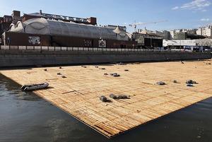 Что за плот строят на Москве-реке?