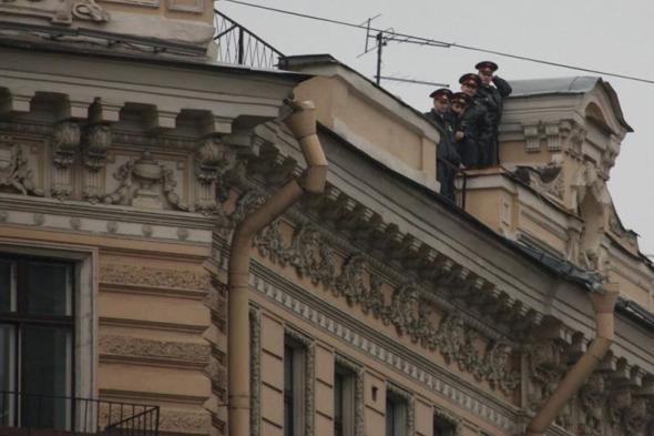 Сообщество руферов Петербурга имитировало полицейский захват. Изображение № 1.