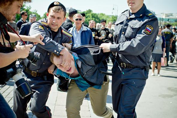 Активистов задерживали грубо, применяя физическую силу.