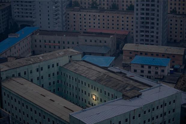 Дамир Саголи, Босния и Герцеговина, для Reuters. Портрет лидера Северной Кореи Ким Ир Сена на одном из жилых домов в столице страны. Изображение № 6.
