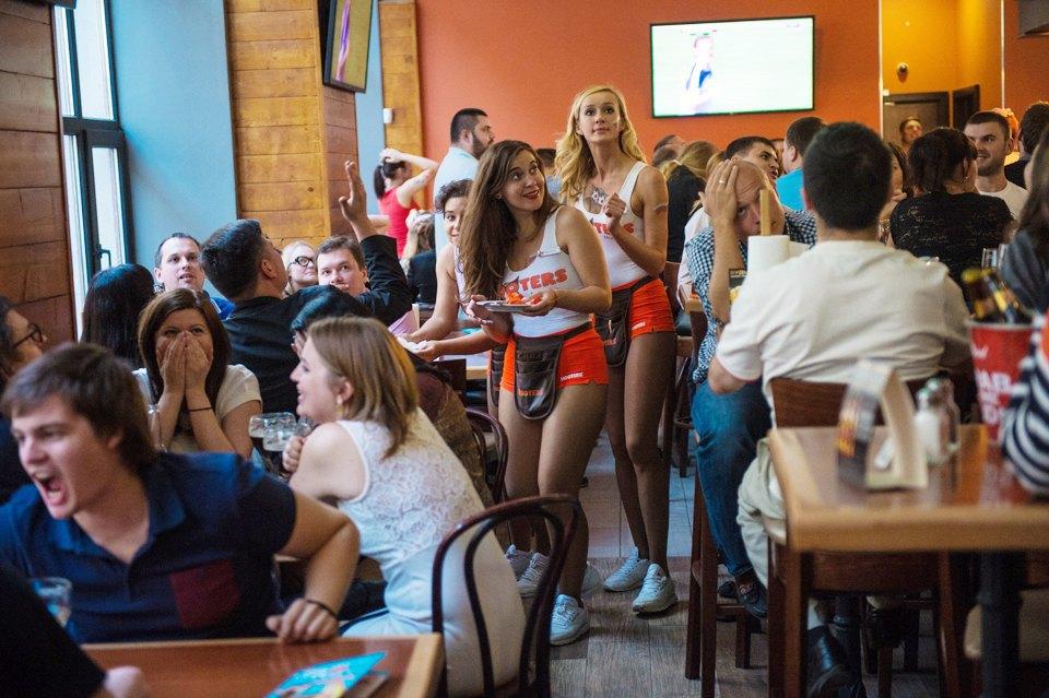 Полуголая правда: Как откровенно одетые официантки работают вмужском баре. Изображение № 3.