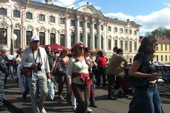 В воскресенье в Петербурге гуляли 500 человек, в понедельник закрывают Исаакиевскую. Изображение № 17.